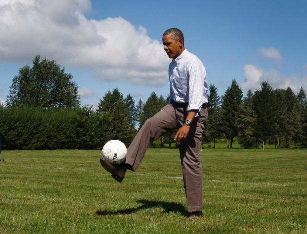 """23.ago.13 - O presidente dos Estados Unidos Barack Obama faz """"embaixadinha"""" durante visita a escola no Estado de Nova York. Ele viaja de ônibus há dois dias para promover seu plano federal de apoio à educação"""