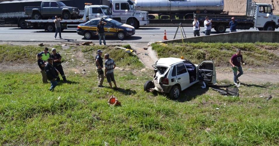23.ago.13 - Uma carreta bateu em um veículo que estava no acostamento na altura do quilômetro 64 da rodovia Fernão Dias, na região de Mairiporã (SP), na pista sentido capital. O caminhão tombou e o ajudante precisou ser socorrido pelo helicóptero Águia da Polícia Militar. Um delegado da Polícia Civil de Guarulhos teria morrido atropelado no momento em que trocava o pneu da viatura