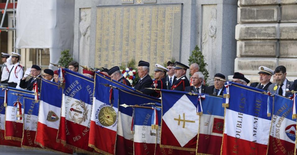 23.ago.13 - Veteranos franceses da Segunda Guerra Mundial (1939-1945) posam com  bandeiras republicanas em cerimônia que comemora os 69 anos da liberação de Paris pelos Aliados. A chamada Batalha de Paris teve início no dia 19 de agosto de 1944 e durou até a rendição dos nazistas, quatro dias depois