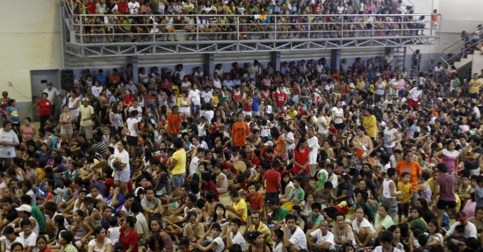 23.ago.13 - Vítimas das inundações que assolam as Filipinas aguardam nesta sexta-feira (23) por ajuda em abrigo improvisado em um ginásio esportivo de Manila, capital do país. As autoridades locais elevaram para 20 o número de mortes causadas pelas enchentes e chuvas torrenciais provocadas pela tempestade Trami