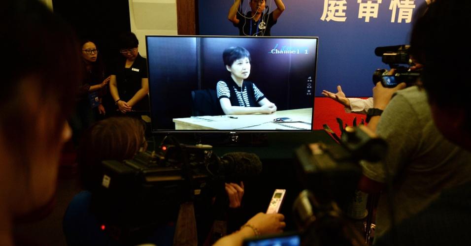 23.ago.2013 - A mulher do político chinês Bo Xilai, Gu Kailai presta depoimento gravado no dia 10 para o julgamento de seu marido, em Jinan, leste da China, nesta sexta-feira (23). Kailai afirmou perante o Tribunal que o ex-líder comunista tinha conhecimento do montante dos subornos em espécie vindos de um empresário, e que ela mesma o havia informado do esquema