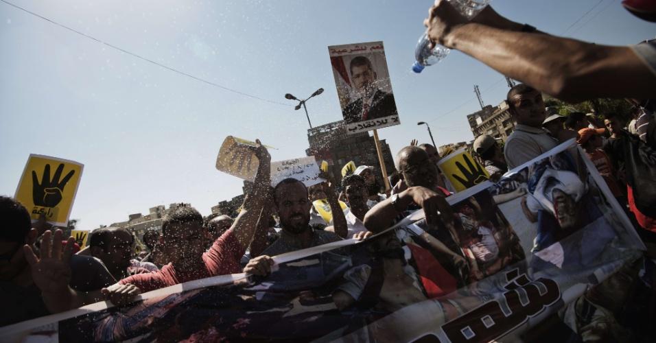 23.ago.2013 - Apoiadores da Irmandade Muçulmana e do presidente egípcio deposto Mohamed Mursi fazem o gesto