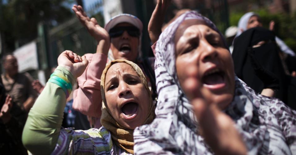 23.ago.2013 - Apoiadores da Irmandade Muçulmana e do presidente egípcio deposto Mohamed Mursi protestam em referência à mesquita de Rabaa alAdawiya, incendiada nos confrontos 14 de agosto no Cairo, durante protesto em frente à mesquita de Al Tawheed, no Cairo. Eles pedem a libertação do presidente deposto Mohamed Mursi e criticam o governo provisório instaurado pelos militares