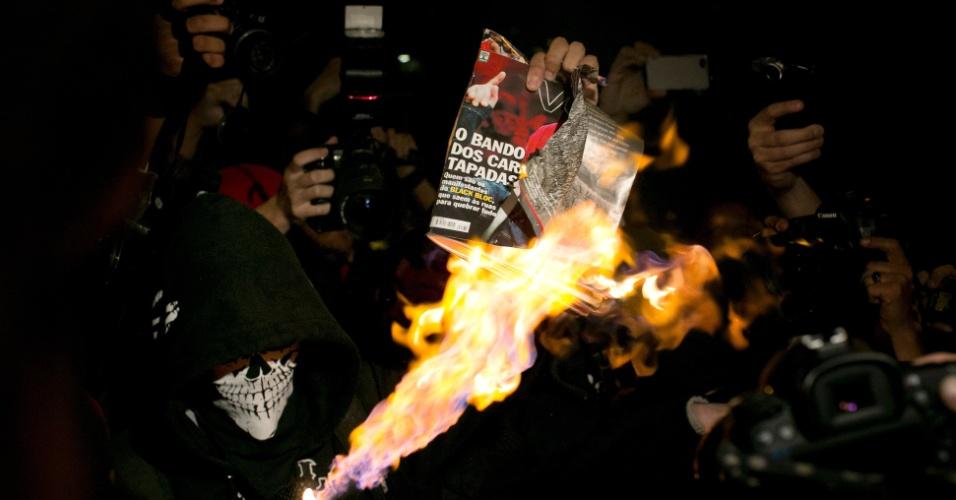 23.ago.2013 - Black blocs  protestam contra a revista Veja no largo da Batata, em Pinheiros, São Paulo