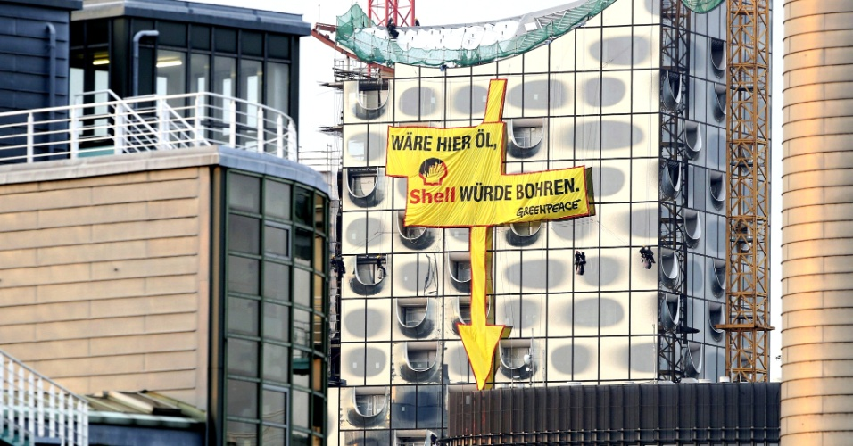 """23.ago.2013 - Cartaz, que em alemão diz """"Shell perfuraria aqui se houvesse petróleo"""", é colocado na fachada da Elbphilharmonie, a sala da orquestra filarmônica de Hamburgo (Alemanha), nesta terça-feira (23). A ação é de autoria do Greenpeace e protesta contra a extração de petróleo no Ártico pela Shell"""