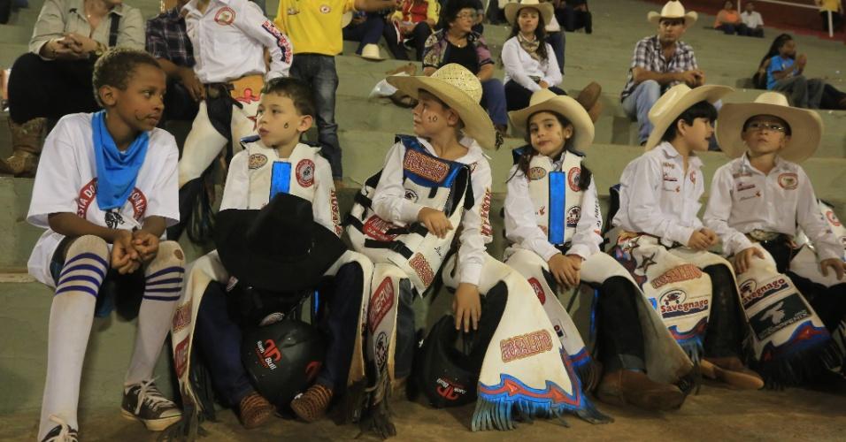 23.ago.2013 - Crianças participam da 58ª edição da Festa do Peão de Barretos. A noite desta sexta-feira (23) é de provas e shows