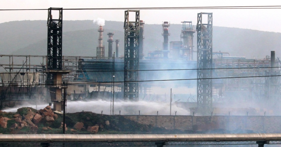 23.ago.2013 - Dez pessoas morreram e 20 ficaram feridas nesta sexta-feira (23) após o incêndio em uma refinaria de petróleo no sul da Índia, de acordo com a imprensa local. O fogo deflagrou na torre de resfriamento da usina, na cidade de Visakhapatnam