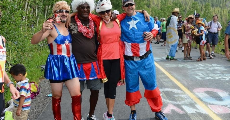 23.ago.2013 - Fãs de ciclismo acompanham competição fantasiados, no Colorado, Estados Unidos