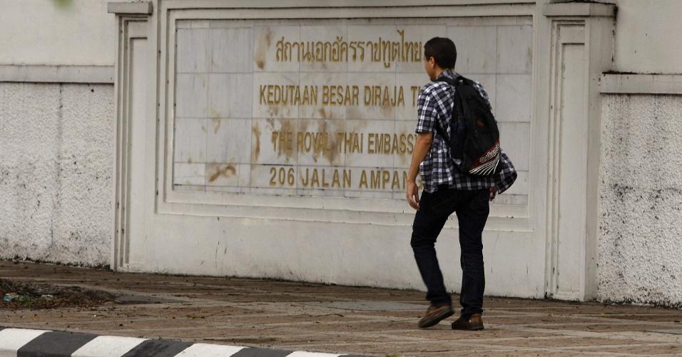 23.ago.2013 - Homem caminha junto à embaixada da Tailândia em Kuala Lumpur (Malásia). Cerca de 300 cartões de visto desapareceram nesta sexta-feira (23) do órgão, e as suspeitas são de que o roubo tenha como finalidade algum crime. No entanto não se sabe a real causa do sumiço dos vistos