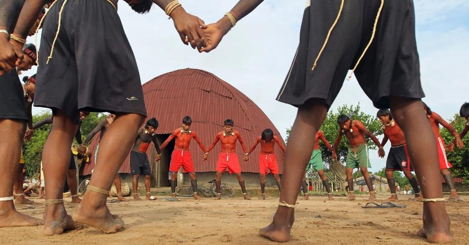 """23.ago.2013 - Índios dançam em ritual na reserva xavante Marãiwatsédé, em Mato Grosso, que fica a 600 quilômetros de distância de Brasília (DF), em registro de fevereiro passado. A Funai (Fundação Nacional do Índio) afirmou que imagens de satélite captaram mais de 400 incêndios iniciados apenas nesta semana, provavelmente como uma """"retaliação  contra a desintrusão"""" - cerca de 7.000 moradores não-índios tiveram de deixar a área sem indenização, agravando a tensão entre índios e fazendeiros"""