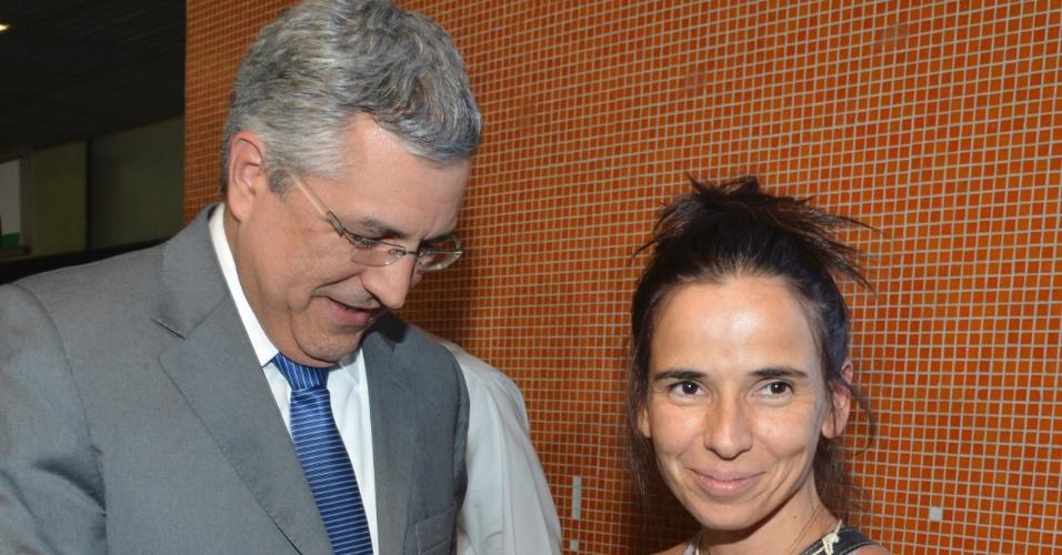 23.ago.2013 - O ministro da Saúde, Alexandre Padilha, recebe médicos estrangeiros que vão atuar no programa Mais Médicos. Na foto, a médica espanhola Sonia Nunes