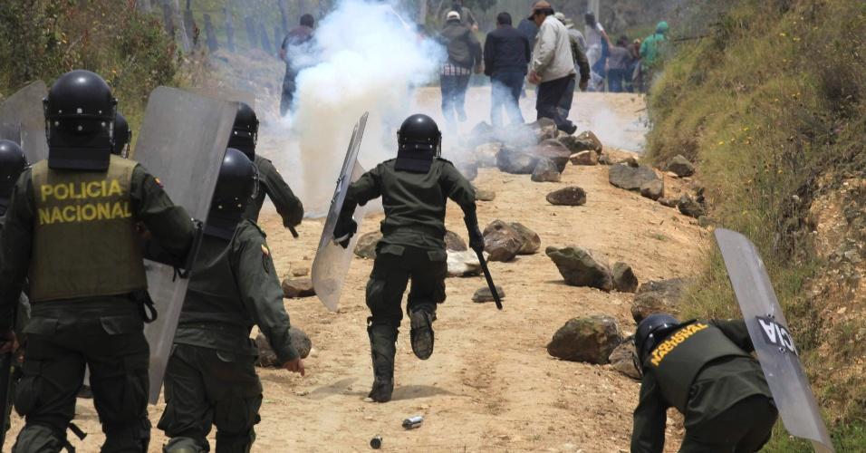 23.ago.2013 - Polícia corre atrás de manifestantes durante confronto no município de La Calera, perto de Bogotá, Colômbia.  As manifestações, que começaram na segunda-feira, são contra políticas econômicas voltadas para a agricultura, adotadas pelo presidente do país Juan Manuel Santos