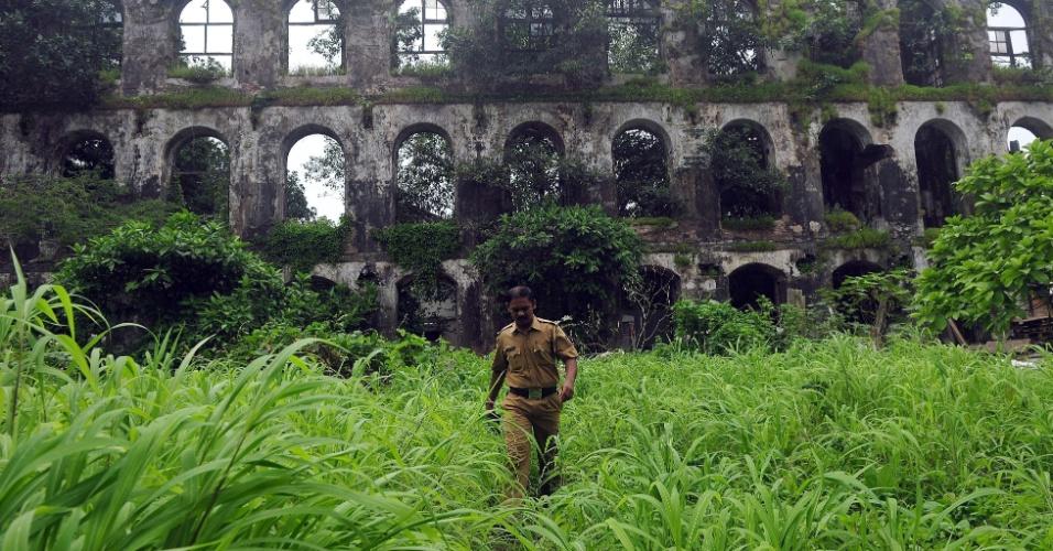23.ago.2013 - Policial indiano inspeciona local onde uma jovem de 22 anos foi vítima de estupro coletivo, em Mumbai, nesta sexta-feira (23). A fotojornalista foi atacada por um grupo de homens, enquanto seu parceiro foi amarrado a uma árvore e espancado, segundo a polícia