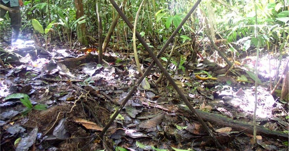 23.ago.2013 - Tribo fez cruzes com galhos de árvores no meio da floresta em uma tentativa de afastar a aproximação de outros povos, segundo ONG Associação Interétnica para o Desenvolvimento da Floresta Peruana