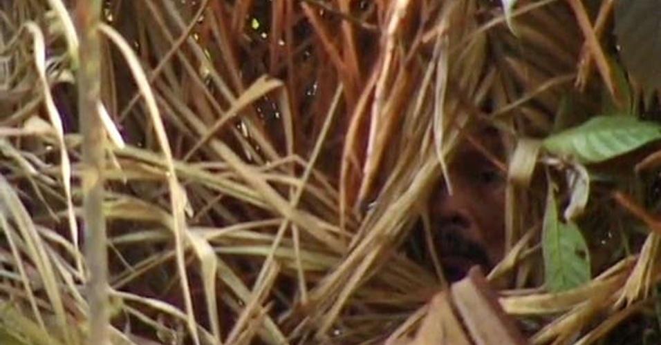 23.ago.2013 - O último sobrevivente de uma tribo na região de Tanaru, em Rondônia, não foi hostil no primeiro registro de contato com a Funai, mas também não se aproximou dos sertanistas. Como vive sozinho, ele criou novas técnicas de caça, como cavar buracos profundos para pegar presas, além de plantar mandioca atrás de sua cabana