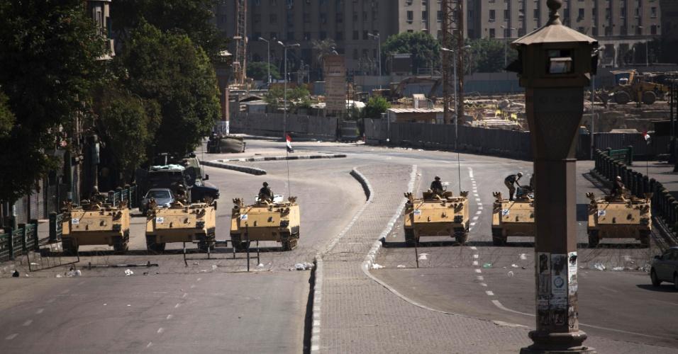 23.ago.2013 - Veículos blindados do Exército são posicionados na praça Tahrir, no Cairo, no Egito, durante protestos desta sexta-feira (23)
