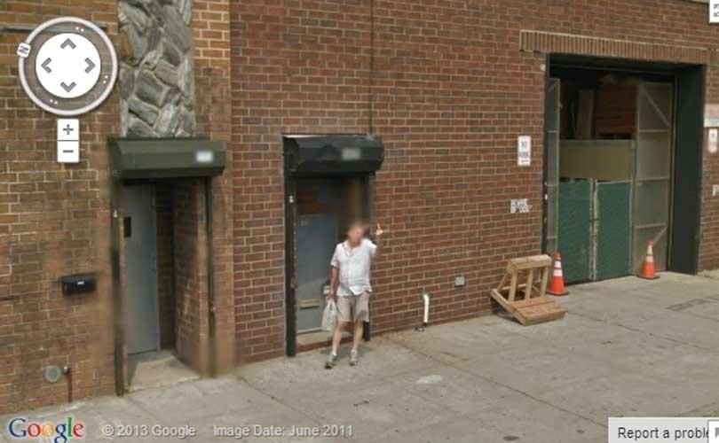 O Google Street View não é uma unanimidade: seus principais opositores são aqueles que defendem a privacidade. Uma lista do site ?Huffington Post? mostra em imagens como esta acima, em Nova York (EUA), o que acontece quando o carro cheio de câmeras do Google cruza o caminho de seus inimigos