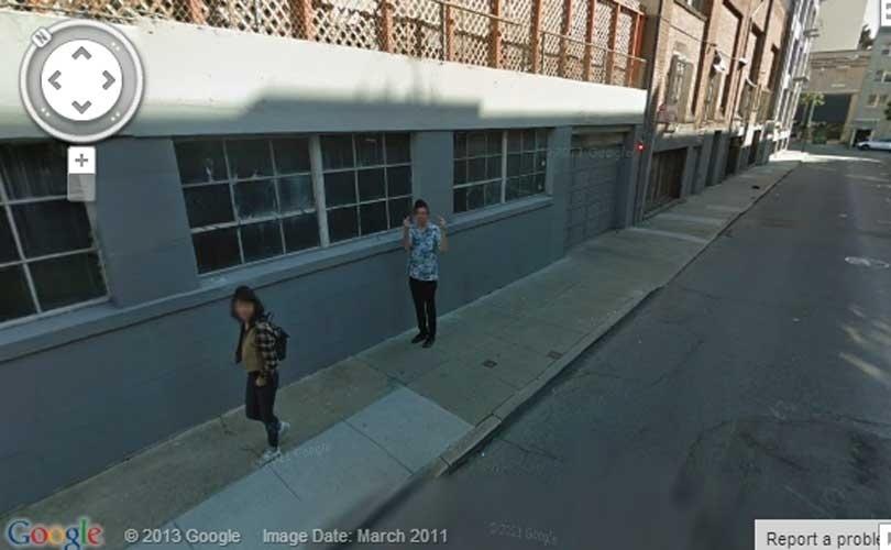 O Google Street View não é uma unanimidade: seus principais opositores são aqueles que defendem a privacidade. Uma lista do site ''Huffington Post'' mostra em imagens como esta acima, em San Francisco (Califórnia, EUA), o que acontece quando o carro cheio de câmeras do Google cruza o caminho de seus inimigos