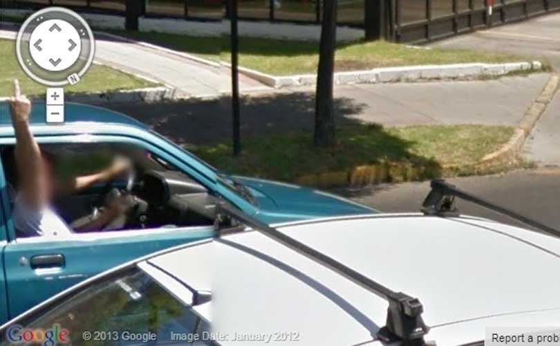O Google Street View não é uma unanimidade: seus principais opositores são aqueles que defendem a privacidade. Uma lista do site ''Huffington Post'' mostra em imagens como esta acima, em Santiago (Chile), o que acontece quando o carro cheio de câmeras do Google cruza o caminho de seus inimigos