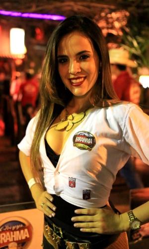 23.ago.2013 - Visitante da 58ª edição da Festa do Peão de Barretos aproveita a noite no camarote de uma cervejaria, durante noite de provas e shows
