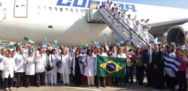 Médicos cubanos chegam ao Brasil para participar do programa Mais Médicos. Segundo o Ministério da Saúde, 206 profissionais fizeram escala em Recife e devem desembarcar em Brasília no início da noite