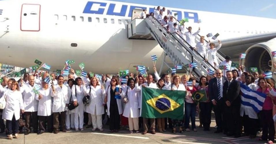 24.ago.2013 - Médicos cubanos chegam ao Brasil para participar do programa Mais Médicos. Segundo o Ministério da Saúde, 206 profissionais fizeram escala em Recife na tarde deste sábado e devem desembarcar em Brasília no início da noite