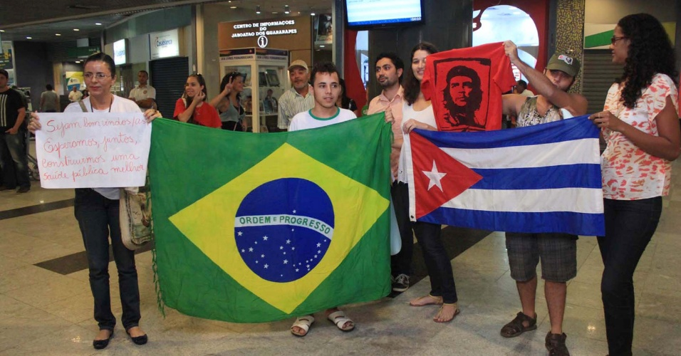 24.ago.13 - Grupo aguarda a chegada dos primeiros médicos cubanos no Aeroporto Internacional de Recife, em Pernambuco, na tarde deste sábado (24). Eles chegam ao Brasil para integrar o programa Mais Médicos, do Governo Federal