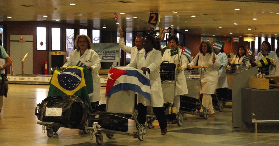 24.ago.13 - Médicos cubanos chegaram ao Brasil para participar do programa Mais Médicos do Governo Federal. Eles vieram em voo fretado da Cubana Aviación e desembarcaram no Aeroporto dos Guararapes, em Recife, de jalecos e, em clima de festa, com bandeiras do seu país e do Brasil