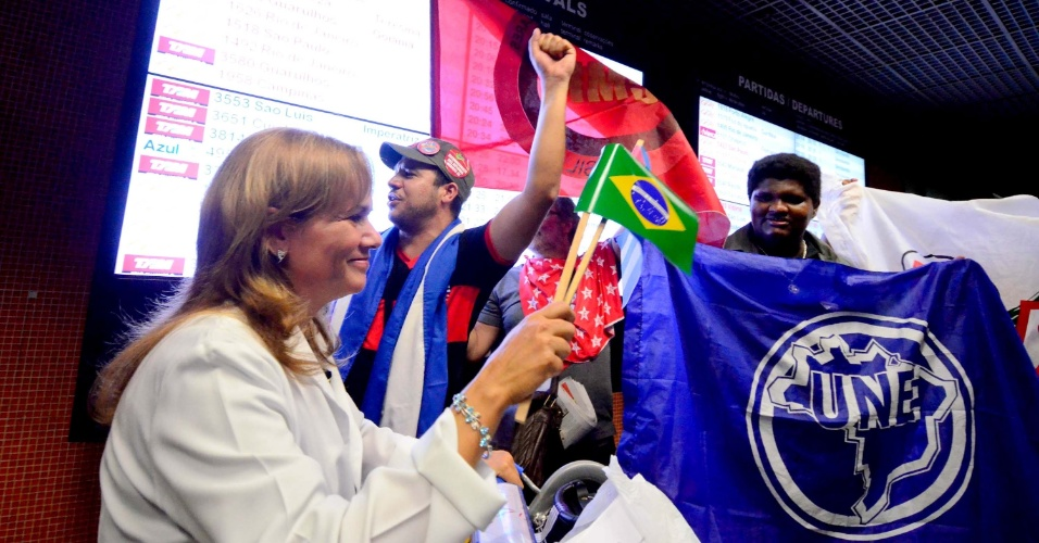 24.ago.13 - Médicos cubanos são recebidos por pessoas favoráveis ao programa Mais Médicos. Eles vieram em voo fretado da Cubana Aviación e desembarcaram no Aeroporto dos Guararapes, em Recife, de jalecos e, em clima de festa, com bandeiras do seu país e do Brasil