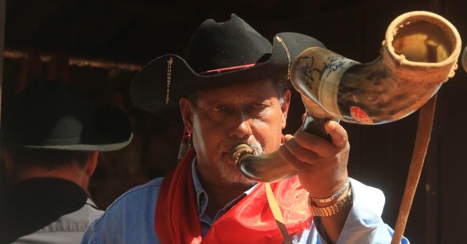 24.ago.2013 - Homem toca berrante durante Festa do Peão de Barretos, no interior de São Paulo