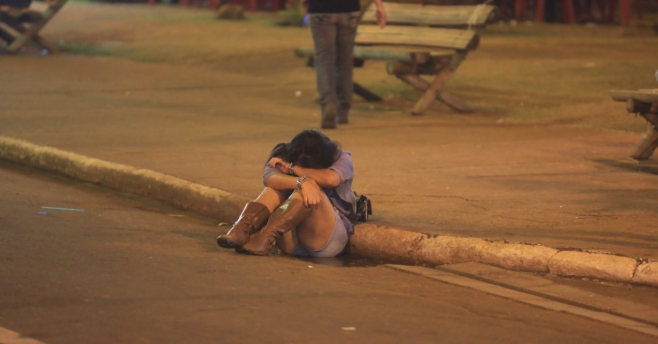 24.ago.2013 - Mulher senta na rua durante Festa do Peão de Barretos, no interior de São Paulo