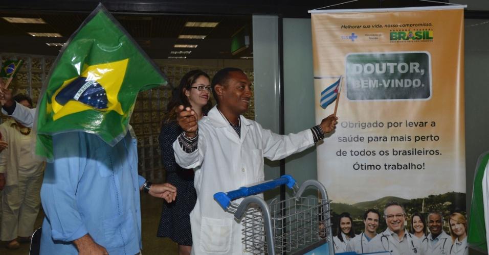 24.ago.2013 - O primeiro grupo dos 206 médicos cubanos que vão trabalhar no Brasil desembarcou nesta sábado (24) a tarde no país