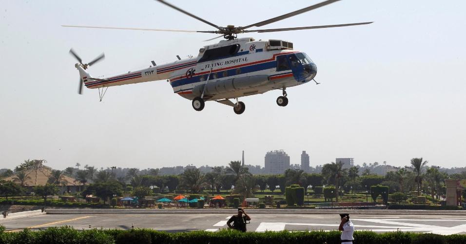 25.ago.13 - Helicóptero leva o ex-presidente do Egito Hosni Mubarak de volta ao hospital militar onde ele aguarda julgamento. Após a sexta sessão, realizada neste domingo (25), Mubarak teve seu julgamento adiado para 14 de setembro. Ele é réu pela morte de manifestantes durante a revolução que o derrubou em 2011 e por vários crimes financeiros