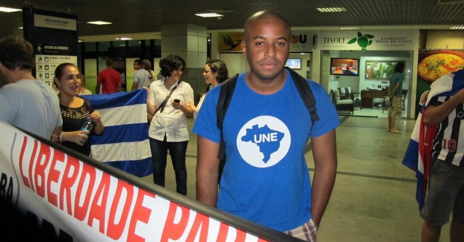 25.ago.2013 - Estudantes, representantes de partidos políticos e movimentos sociais organizados aguardavam para dar as boas-vindas aos médicos estrangeiros, em Salvador
