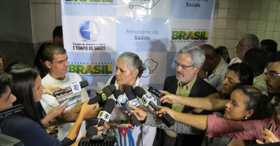 25.ago.2013 - Médica cubana dá entrevista para jornalistas no aeroporto internacional de Salvador, na Bahia