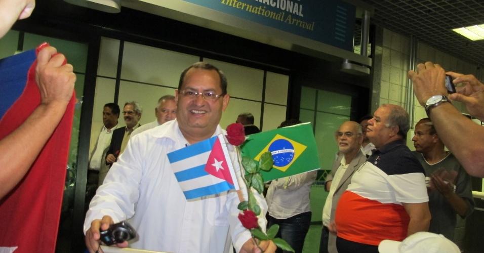 25.ago.2013 - Médico cubano desembarca no aeroporto internacional de Salvador, na Bahia