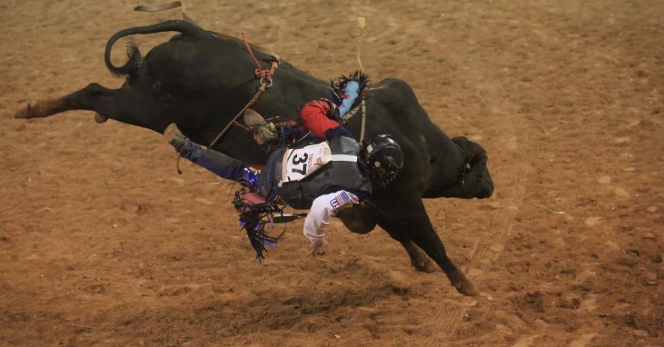 25.ago.2013 - Peão é derrubado por touro em prova de montaria na Festa do Peão de Barretos, no interior de São Paulo