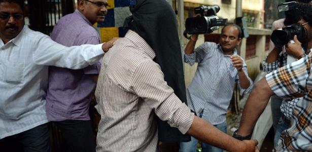 Policiais escoltam um suspeito de participar do estupro coletivo a uma fotojornalista em Mumbai