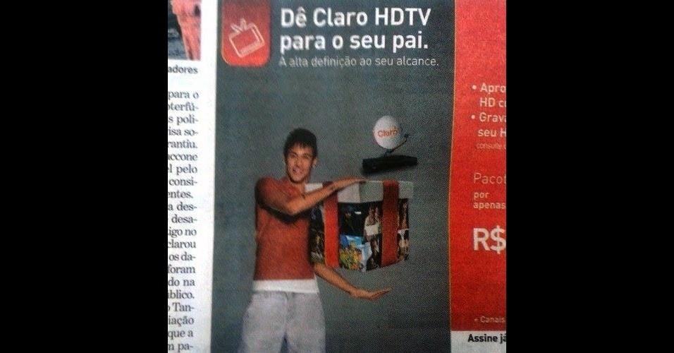 O anúncio tirado de um jornal, mesmo em baixa resolução, mostra um desastre ''claro'' na edição da imagem. O craque Neymar aparece segurando uma caixa de presente para o Dia dos Pais. Ela só é um tanto pequenina em relação ao gesto que o jogador fez na hora de tirar a foto (fingindo segurar algo, muito provavelmente). A mancada de Photoshop foi publicada no site ''PS Disasters''
