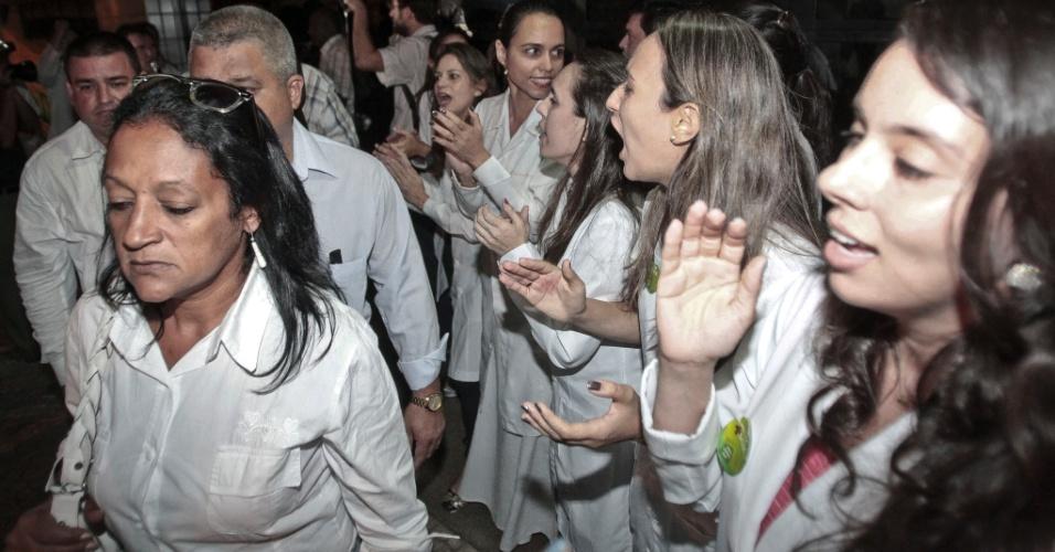 26.ago.2013 - Manifestantes ligados ao Sindicato dos Médicos do Ceará protestam na noite de segunda-feira (26) durante a saída do grupo de 96 médicos estrangeiros da Escola de Saúde Pública do Ceará. De acordo com a assessoria de imprensa do sindicato, que organizou o protesto, os manifestantes foram orientados a não hostilizar os colegas estrangeiros