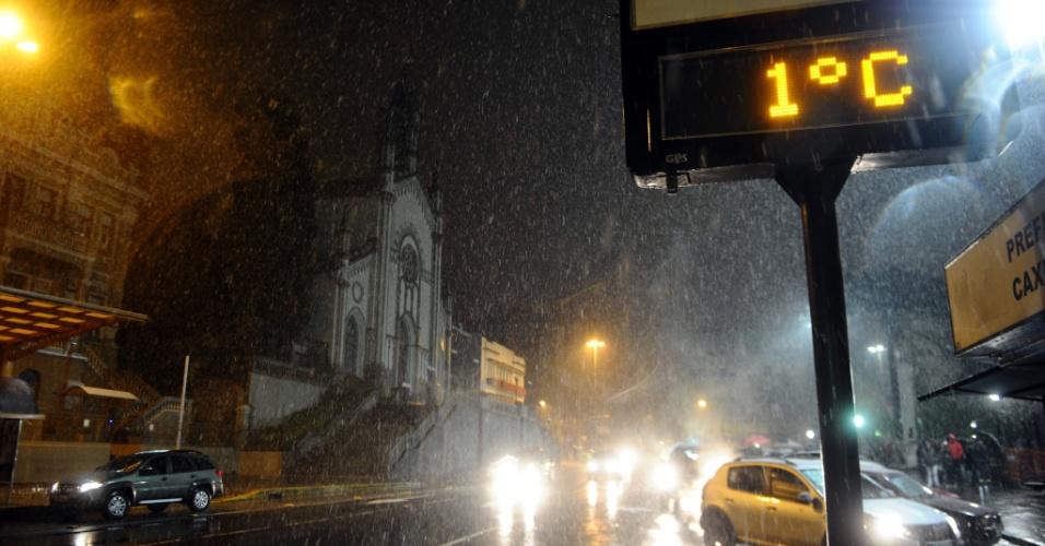 26.ago.2013 - Neve e uma temperatura de 1ºC são registrados em Caxias do Sul (RS) na noite de segunda-feira (26). Vários municípios da serra gaúcha registraram neve na noite desta segunda-feira, de acordo com a Somar Meteorologia
