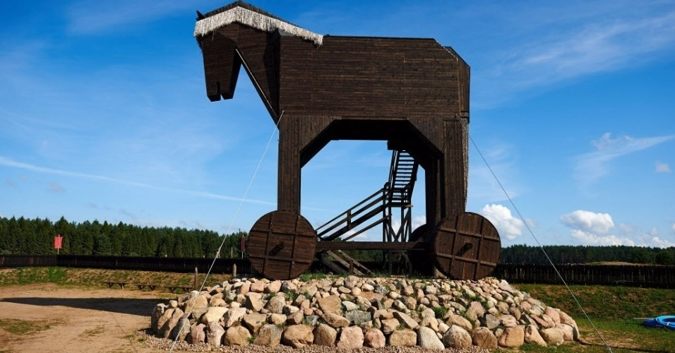 """27.ago.13 - Uma versão do mitológico """"Cavalo de Troia"""" foi exibida nas proximidades da cidade polonesa de Oskowo nesta terça-feira (27). A engenhoca de madeira mede 15 metros de altura e 16 metros de largura e entrou para o livro dos recordes como o maior exemplar do gênero já construído"""