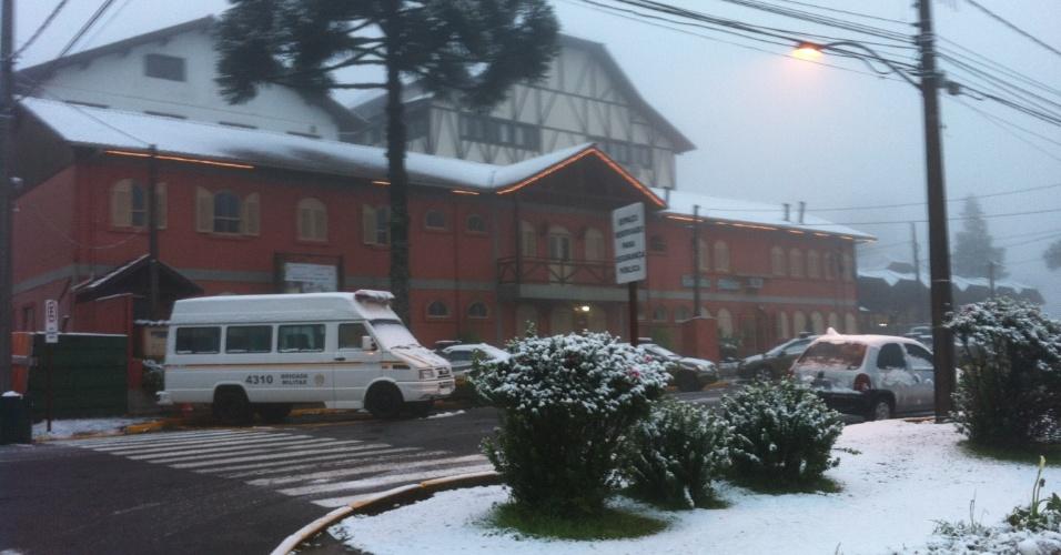 27.ago.2013 - Neve é registrada em Gramado (RS) na manhã desta terça-feira (27). Vários municípios da serra gaúcha registraram neve na noite desta segunda-feira, de acordo com a Somar Meteorologia