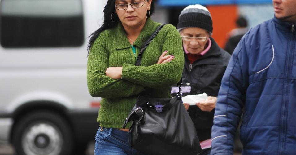 27.ago.2013 - Pedestres caminham agasalhados na manhã desta terça-feira (27) na região da estação Conceição do metrô, na zona sul de São Paulo