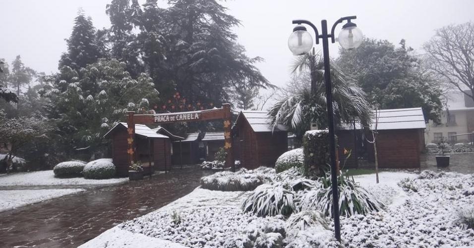 27.ago.2013 - Praça central de Canela (RS) registra neve na manhã desta terça-feira (27). Vários municípios da serra gaúcha registraram neve na noite desta segunda-feira, de acordo com a Somar Meteorologia
