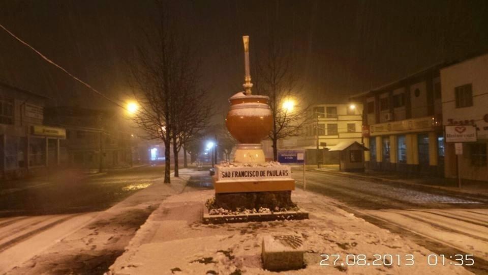 27ago2013---queda-de-neve-e-registrada-em-sao-francisco-de-paula-rs-na-madrugada-desta-terca-feira-27-varios-municipios-da-serra-gaucha-registraram-neve-na-noite-desta-segunda-feira-de-acordo-com-a-1377601543241_960x540.jpg