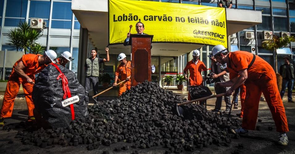 """28.ago.2013 - Ativistas do Greenpeace jogaram 1,5 tonelada de briquete de carvão em frente ao prédio do Ministério de Minas e Energia (MME), na manhã desta quarta-feira (28). Com uma faixa estendida: """"Lobão, carvão no leilão não!"""", o grupo protestou contra o retorno das usinas termelétricas a carvão no Leilão de Energia A-5, marcado para esta quinta-feira (29)"""