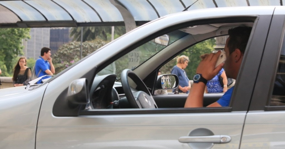 8.nov.2012 - Motorista fala ao celular enquanto trafega na área central de Sao Paulo