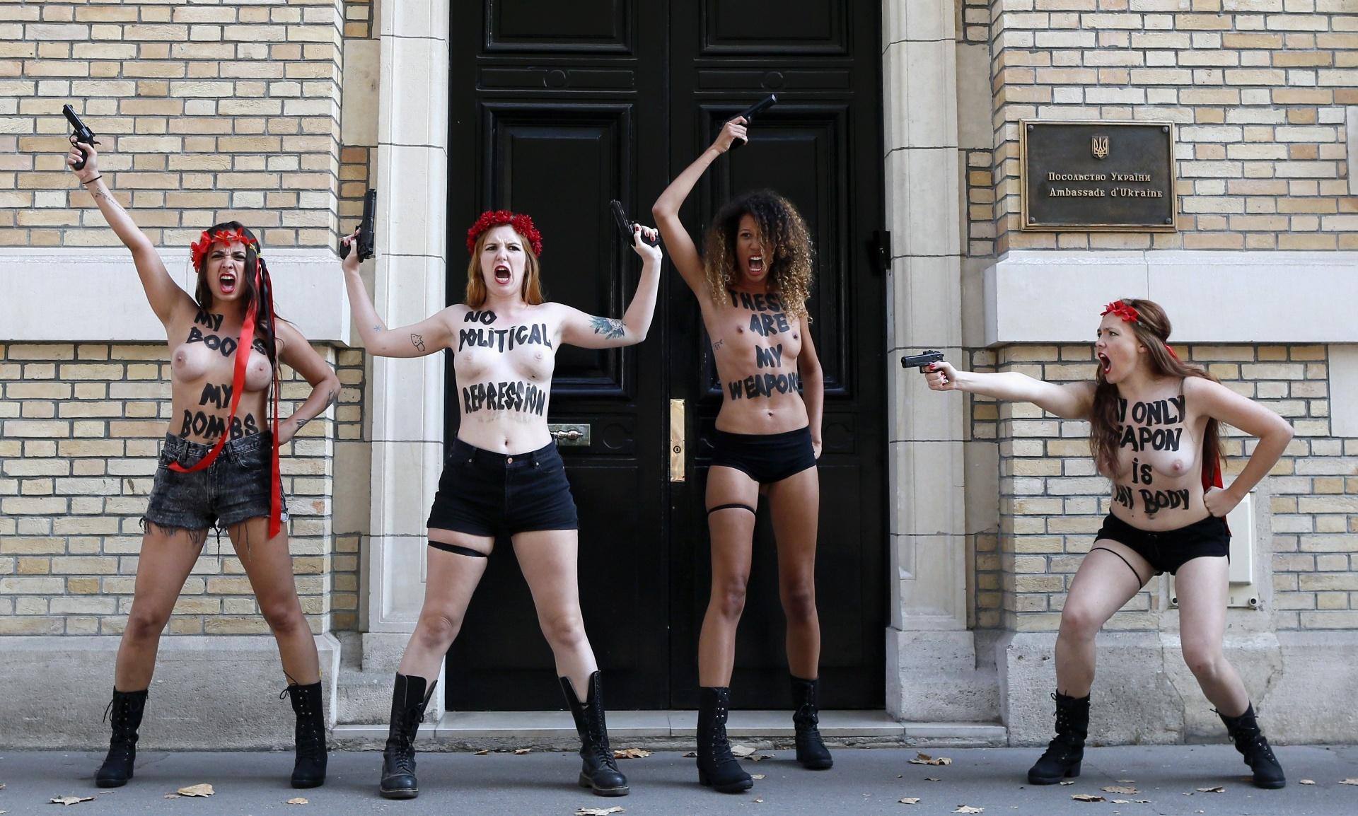 29.ago.2013 - Ativistas do Femen - movimento feminista conhecido por suas performances de topless - protestam seminuas contra o que elas chamam de ditadura e repressão política contra membros do grupo na Ucrânia, em frente à embaixada do país em Paris, na França. O grupo está enfrentando uma investigação criminal por posse de armas ilegais após a polícia revistar seus escritórios no centro de Kiev na terça-feira (27)