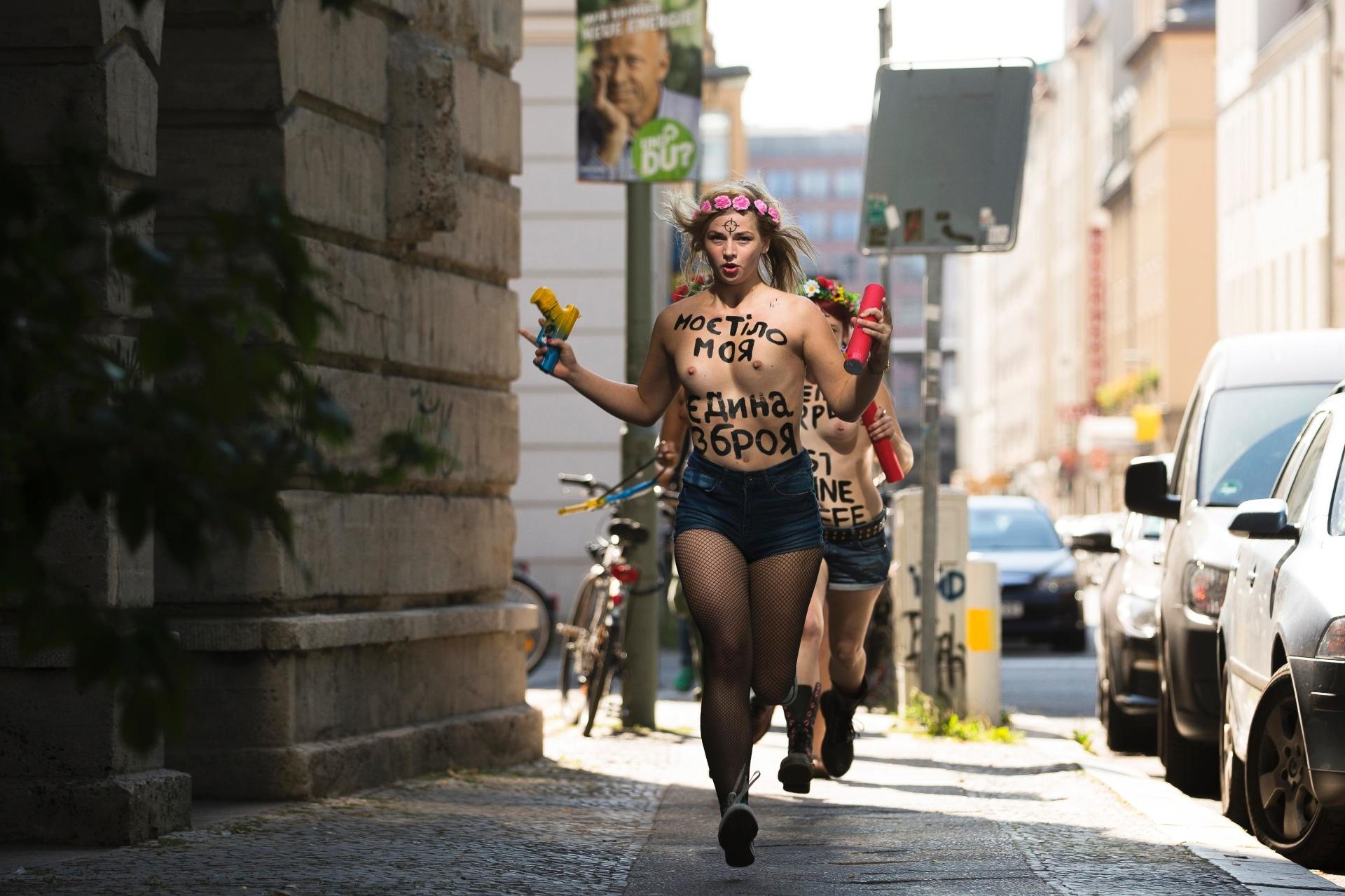 29.ago.2013 - Ativistas do Femen - movimento feminista conhecido por suas performances de topless - protestam seminuas contra o que elas chamam de ditadura e repressão política contra membros do grupo na Ucrânia, em frente à embaixada do país em Berlim, na Alemanha. A frase no corpo delas diz: